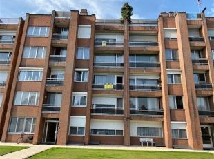 Op te frissen appartement met 2 slaapkamers, ondergrondse en bovengrondse autostaanplaats, gelegen aan de rand van het centrum van Sint-Truiden, vlakb