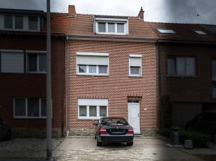 Deze ruime woning werd door de huidige bewoner tip top onderhouden. Grote glaspartijen zorgen voor veel lichtinval in de leefruimtes. Openbaar vervoer