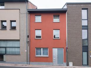 Interessant investeringsgebouw gelegen in het centrum van Sint-Truiden met 3 appartementen met elk als indeling : hall, W.C., 2 of 1 slpks., badkamer,