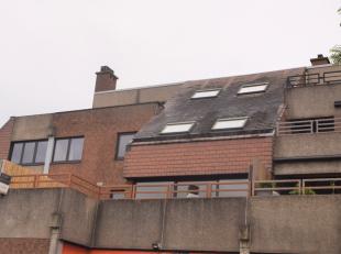 Sint-Truiden, gelegen achter Brustempoort vinden we dit recent gerenoveerd duplex appartement van 190 m² terug. Met op het eerste verdiep: inkomg