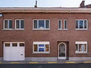 We kunnen deze gesloten bebouwing terugvinden ter hoogte van nummer 12 in de Varkensmarkt te Zoutleeuw. <br /> Met zijn uiterste goed locatie op slech