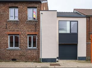 In de Halingenstraat ter hoogte van nummer 38 houden we halt aan een prachtig gerenoveerde gesloten bebouwing, niet enkel werden er serieuze budgetten