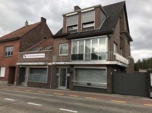 <br /> Dit pand te Zoutleeuw is te huur.<br /> <br /> Aan de rechterkant vinden we een ruime, goed onderhouden woning met 3 slaapkamers, garage en tui
