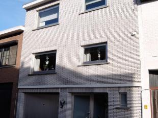 Perfect onderhouden, instapklare stadswoning met ruim terras op het gelijkvloers en op het eerste verdiep. De woning dateert van bouwjaar 1974 maar de
