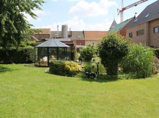 Gelijkvloerse stadswoning, gelegen in de tuin en voorzien van een inkomhal met patio, living +eetplaats, volledig ingerichte luxe keuken met Bosch toe