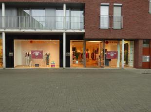 Zeer mooi winkelpand met stockruimte. Gratis parking voor 100 auto's. 309 m²