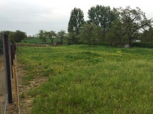 2 percelen bouwgrond geschikt voor open bebouwing te koop in een rustige straat vlakbij de dorpskern. Prachtige ligging met zicht op de achterliggende