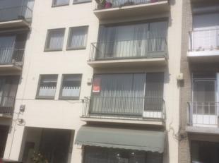 Gelijkvloers appartement met twee slpks., grote kelder en terras. Ruime woonkamer met laminaat, keuken met keramische tegelvloer, vaatwasser van Miele