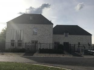 Dit bedrijfspand met woning is gelegen langsheen de Rangeerweg 20 te Hamont, dit is een zone voor wonen en locale bedrijven. De woning heeft een opper