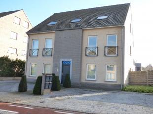 Duplexappartement (95m²) met 2 slaapkamers, ruim zuiders terras (25m²), carport en staanplaatsIndeling verdieping 1: inkomhal, toilet, woonk