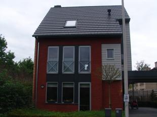 1ste verdieping Inkomhal Toilet woonkamer met open keuken en berging Ruim terras 2de verdieping 3 slaapkamers Badkamer met ligbad toilet