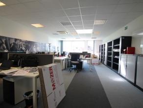 DORP 40 - LOMMEL<br /> <br /> Instapklaar kantoorpand of handelspand met een totale oppervlakte van 140m² aan het marktplein in Lommel.<br /> <br