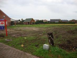 Bouwgrond met 29,3 m straatbreedte en achterliggende grond, gelegen in een woongebied. In totaal 4046 m².