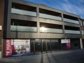 Winkelruimte/kantoorruimte (145m²) met rechtstreekse toegang tot kelder (60m²) en 15m vitrine langs straatkant.