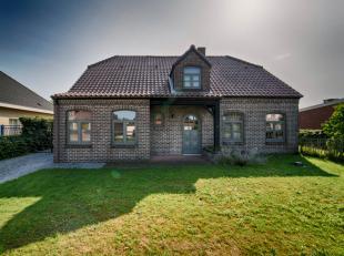 Verrassend ruim landhuis met 4 (mog. 5) slaapkamers en onderhoudsvriendelijke tuin.- gezellige living met inbouwkachel- 2 badkamers- masterbedroom met