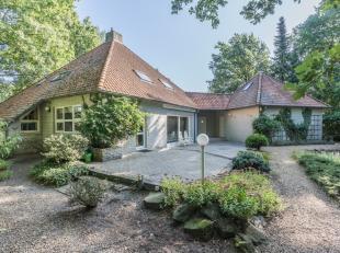Prachtig landhuis, gelegen in bosrijk villapark.- ruime lichtrijke living- 1 slaapkamer en badkamer op de begane grond- 2 slaapkamers en badkamer op d