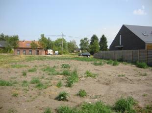 Mooie bouwgrond (720m²) met 16 meter aan de straat.