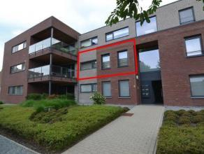 Ideaal gelegen gezellig appartement op de eerste verdieping afgwerkt met hoogwaardige materialen. Vanuit de entreehal verkrijgt men toegang tot de rui