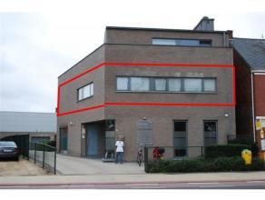 Hedendaags appartement met een heldere inrichting en veel lichtinval door de grote raampartijen met aansluitend ruim terras van 80 m²,. Royale zi