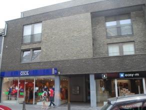 Gelegen in de winkelstraat van Lommel, op de tweede verdieping, 2-slaapkamersappartement met ruim zuid georiënteerd terras. <br /> <br /> Service