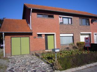 Half-open woning op 13a2ca in Bondgenotenlaan 24 te Lommel. Woning is 125m2 + zolder + tuinhuis. Gezellige living, ingerichte eenvoudige keuken, garag