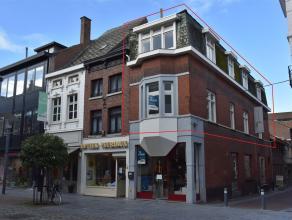 In het centrum van Maaseik, in de winkelstraat en vlakbij de markt gelegen volledig gerenoveerd duplexappartement van 75 m² met 2 slpk. Het appar