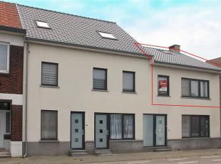 Aan een doorgaande weg, centraal, nabij het centrum van Dilsen, op de eerste verdieping gelegen app. met 2 slaapkamers. Dit ruime app. van ± 10