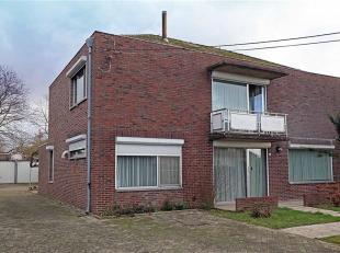 Nabij het centrum van Neeroeteren, langs een doorgaande weg vinden we deze ruim ingedeelde woning terug op een perceel van 11a 05ca.<br /> Deze centra