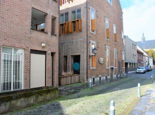 In het stadscentrum van Maaseik, vlakbij de markt, op de 4e verdieping gelegen duplex appartement met 2 slaapkamers. Dit duplex appartement is voorzie