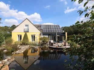 In een bosrijke omgeving, centraal gelegen vrijstaand landhuis met een volledig omheinde en aangelegde tuin. Cv op aardgas, zonnepanelen, PVC-ramen me