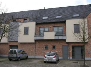 Verzorgd duplexappartement gelegen op de eerste en tweede verdieping, pal in het bruisende centrum van Peer.Indeling:De eerste verdieping bestaat uit