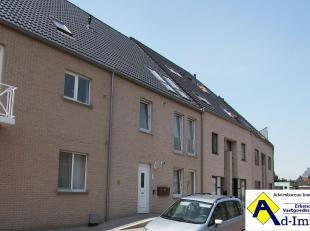 Rustig gelegen appartement met twee slaapkamers en carport. Indeling ; inkomhal, woonkamer, keuken (keukenmeubel voorzien van kookplaten en dampkap),