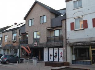 Recent ruim appartement in volle centrum op de eerste verdieping. Indeling : inkomhall, ruime woonkamer met balcon vooraan, ingerichte keuken (klassie