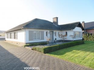 Gunstig gelegen villa langs de gewestweg Bree-Peer, met een magazijnruimte/werkplaats van +/- 200 M2 op een perceel van 20 are.<br /> Het terrein is b