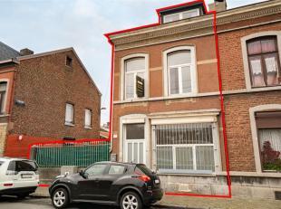 LIEGE : A moins de 3 kms de la Place St Lambert,  cette maison 3 façades dispose de 2 belles pièces de vie, de 3 chambres et de 2 salles