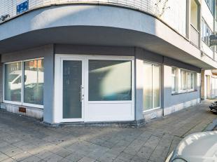 LIEGE : Rez-de-chaussée commercial de +/- 65m² comprenant, entre autres, un local commercial, deux bureaux et un garage, le tout dans un i