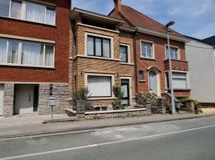 Située à 100 mètres de la Meuse, maison 4 chambres rénovée à louer. Proche de toutes commodités. Enti