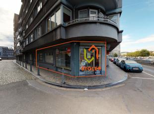 Rez de chaussée commercial de +/- 60 m2 avec grandes vitrines sur deux façades. Idéalement situé, sur le Quai Churchill, &