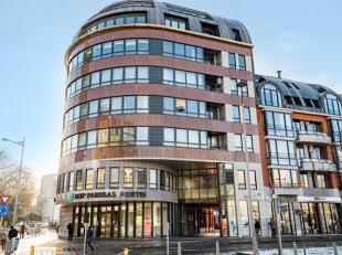 ADK IMMO vous propose cet appartement construit en 1999 qui jouit d'une excellente situation face à la Place des Carmes. Il se compose d'un hal