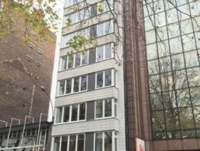 Superbe appartement de 175 m² situé dans une résidence calme en face du parc d'Avroy. Living de 50 m² sur parquet à che