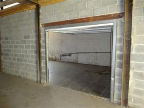Entrepôt de stockage d'une superficie de 60m² (12x5m) à proximité de toutes commodités. Accès sécuris&ea