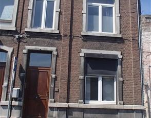 Petit appartement situé au rez-de chaussée d'une maison dans le quartier Saint-Léonard. Il comprend un salon et une cuisine &eacu