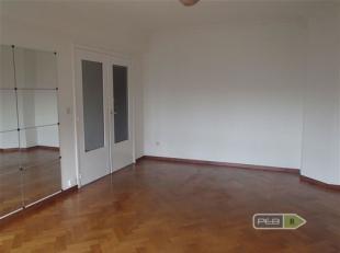 Appartement deux chambres de +- 70m² situé en plein centre de Liège. Hall d'entrée avec débarras pour l'installation