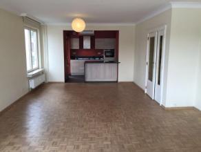 Appartement avec garage en très bon état situé sur le très prisé, Quai de Rome. Il est composé d'un living l