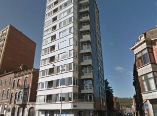 Dans la résidence Poitou, le rez-de-chaussée commercial actuellement aménagé en appartement. Le bien comprend une entr&eac
