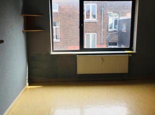 Dans lhyper centre, au 4è étage à larrière de la Résidence NELSON, un studio composé comme suit : hall dentr