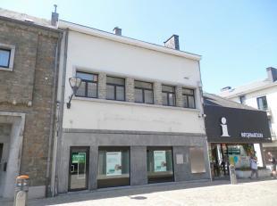 Situé sur la place principale, entouré de tous les commerces et services de la commune, cet immeuble commercial (ancienne banque) vous c