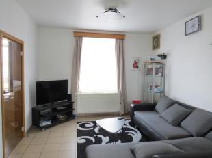 Joli appartement fonctionnel situé au 1er étage d'un petit immeuble (charges réduites!) Composition : Hall d'entrée, livin