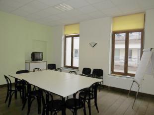 Au coeur de Namur, à proximité de la Place Saint-Aubain, grand local bureau de +/-27m² à louer situé au 1er ét