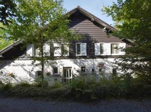 Heerlijk ruime villa met zonnig balkonterras op een privaat natuurdomein met enorme vijver, bronnen, boothuis, carport, en oprijlaan met beukenbomen a